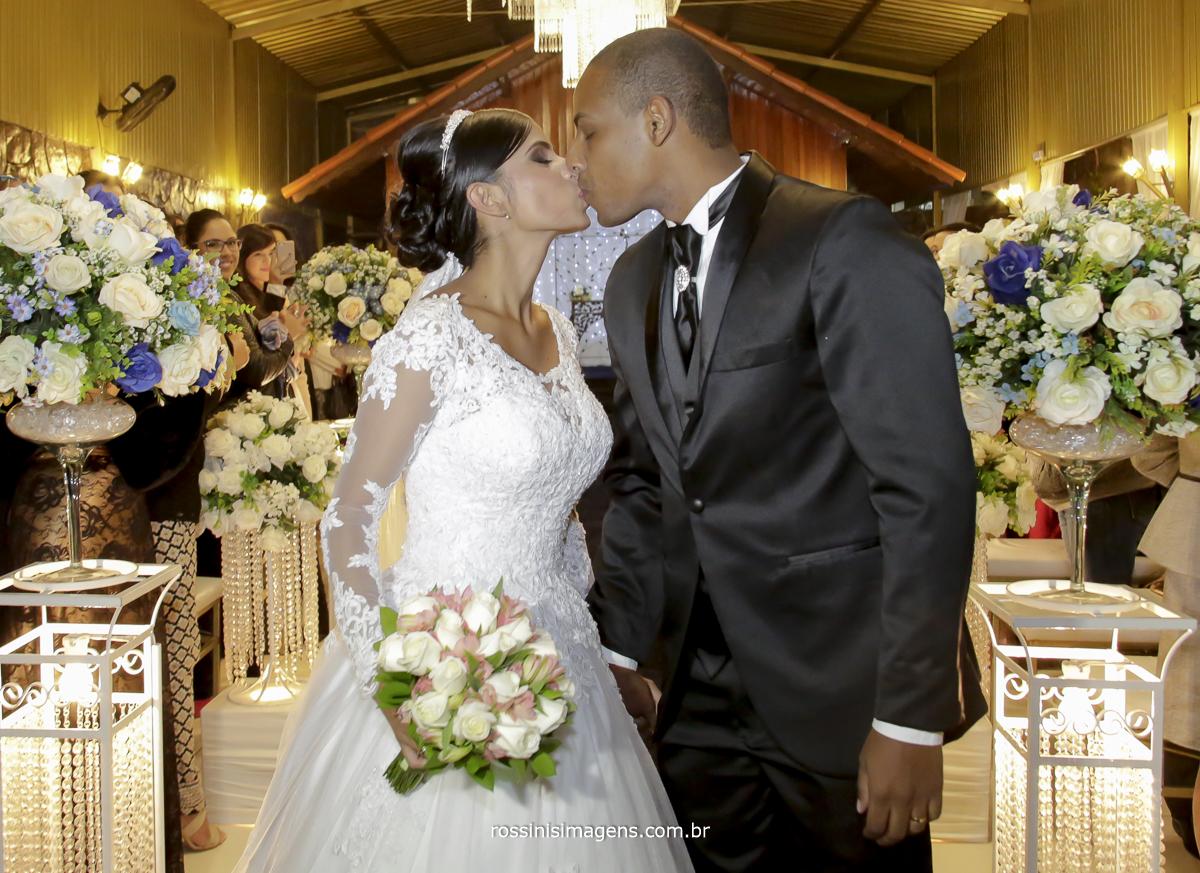 casamento-suzano-elaine-e-andre-chacara-encanto-das-aguas-suzano-sp-fotografo-de-casamento-rossinis-imagens-fotografia-e-video, beijo no corredor