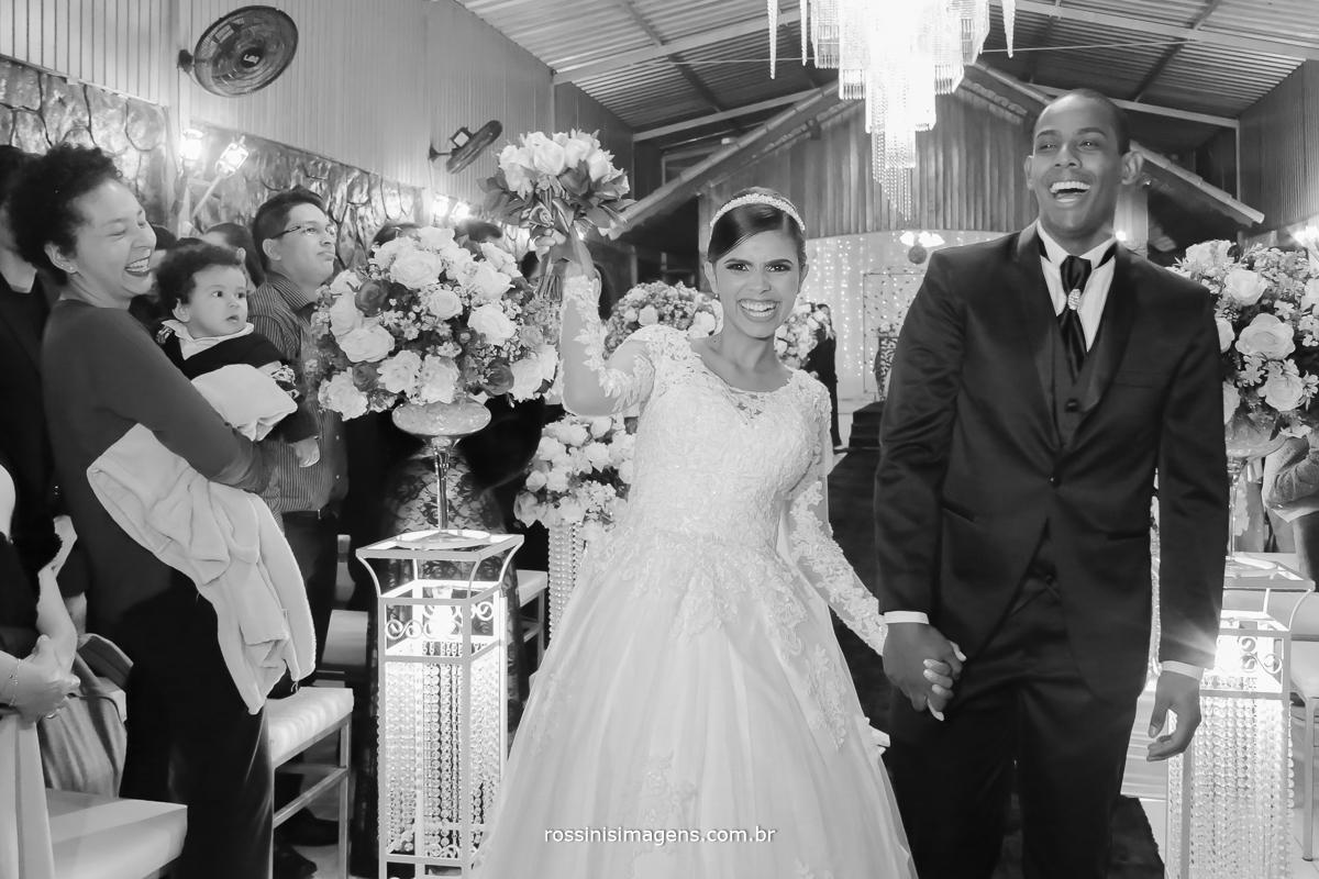 casamento-suzano-elaine-e-andre-chacara-encanto-das-aguas-suzano-sp-fotografo-de-casamento-rossinis-imagens-fotografia-e-video, saída animado dos noivos