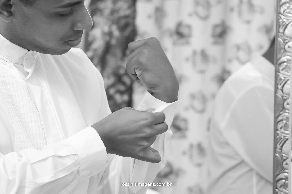 casamento-suzano-elaine-e-andre-chacara-encanto-das-aguas-suzano-sp-fotografo-de-casamento-rossinis-imagens-fotografia-e-video, making of do noivo, fechando a camisa