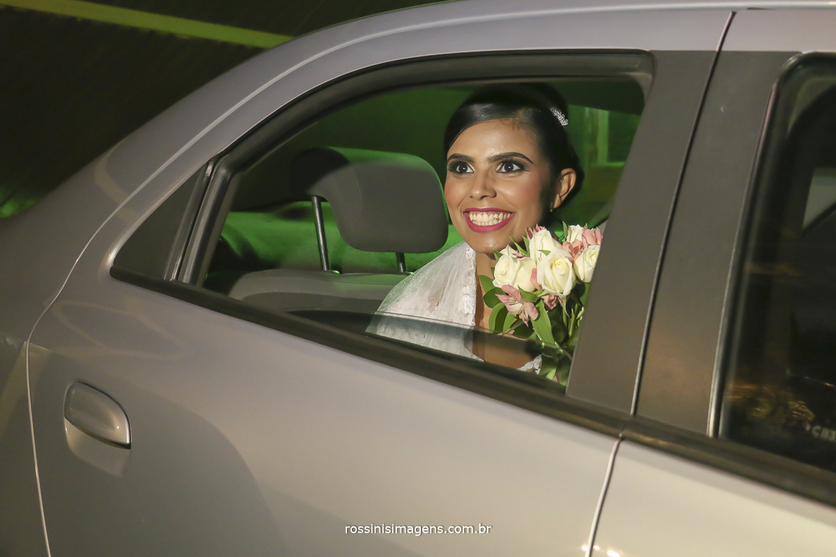 casamento-suzano-elaine-e-andre-chacara-encanto-das-aguas-suzano-sp-fotografo-de-casamento-rossinis-imagens-fotografia-e-video, noiva no carro aguardando a entrada triunfal