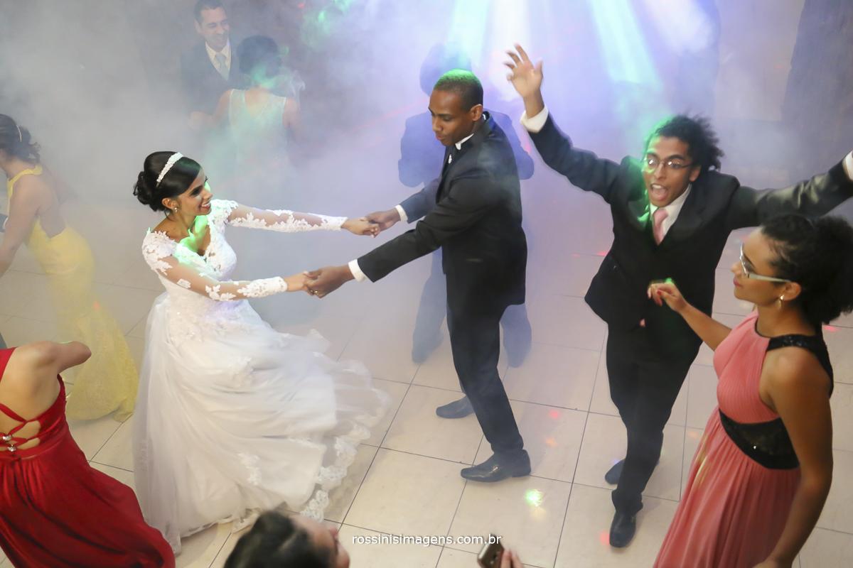 casamento-suzano-elaine-e-andre-chacara-encanto-das-aguas-suzano-sp-fotografo-de-casamento-rossinis-imagens-fotografia-e-video, casal dançando, pista de dança