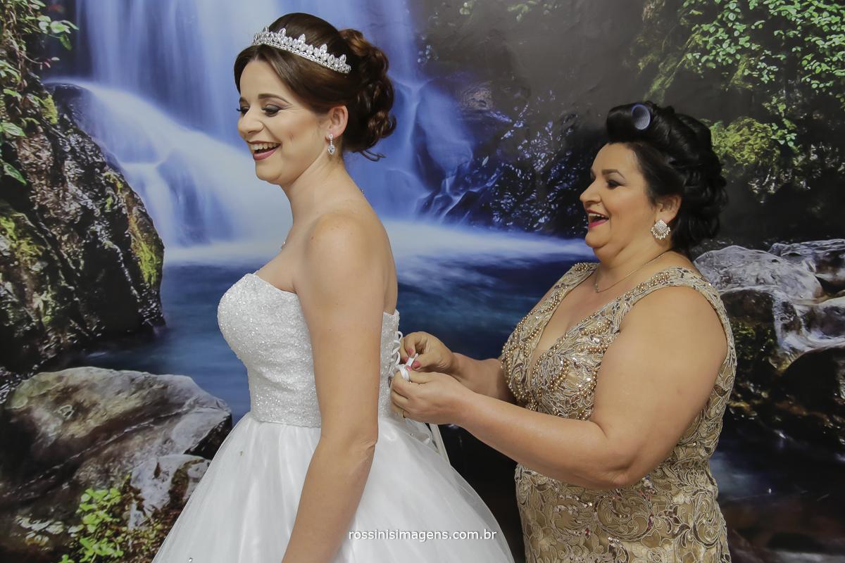 casamento-suzano-tami-e-edival-chacara-encanto-das-aguas-suzano-sp-fotografo-de-casamento-rossinis-imagens-fotografia-e-video-fotografia de casamento suzano - mãe da noiva fechando vestido