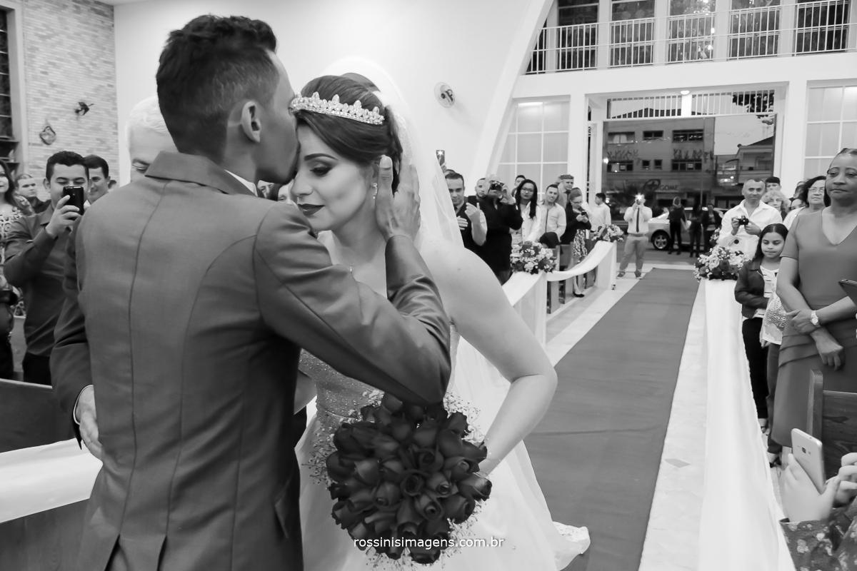 casamento-suzano-tami-e-edival-chacara-encanto-das-aguas-suzano-sp-fotografo-de-casamento-rossinis-imagens-fotografia-e-video-fotografia de casamento suzano - recepção da noiva pelo noivo no altar