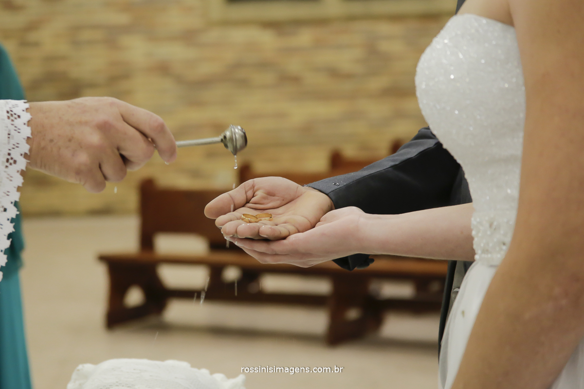 casamento-suzano-tami-e-edival-chacara-encanto-das-aguas-suzano-sp-fotografo-de-casamento-rossinis-imagens-fotografia-e-video-fotografia de casamento suzano - benção das alianças