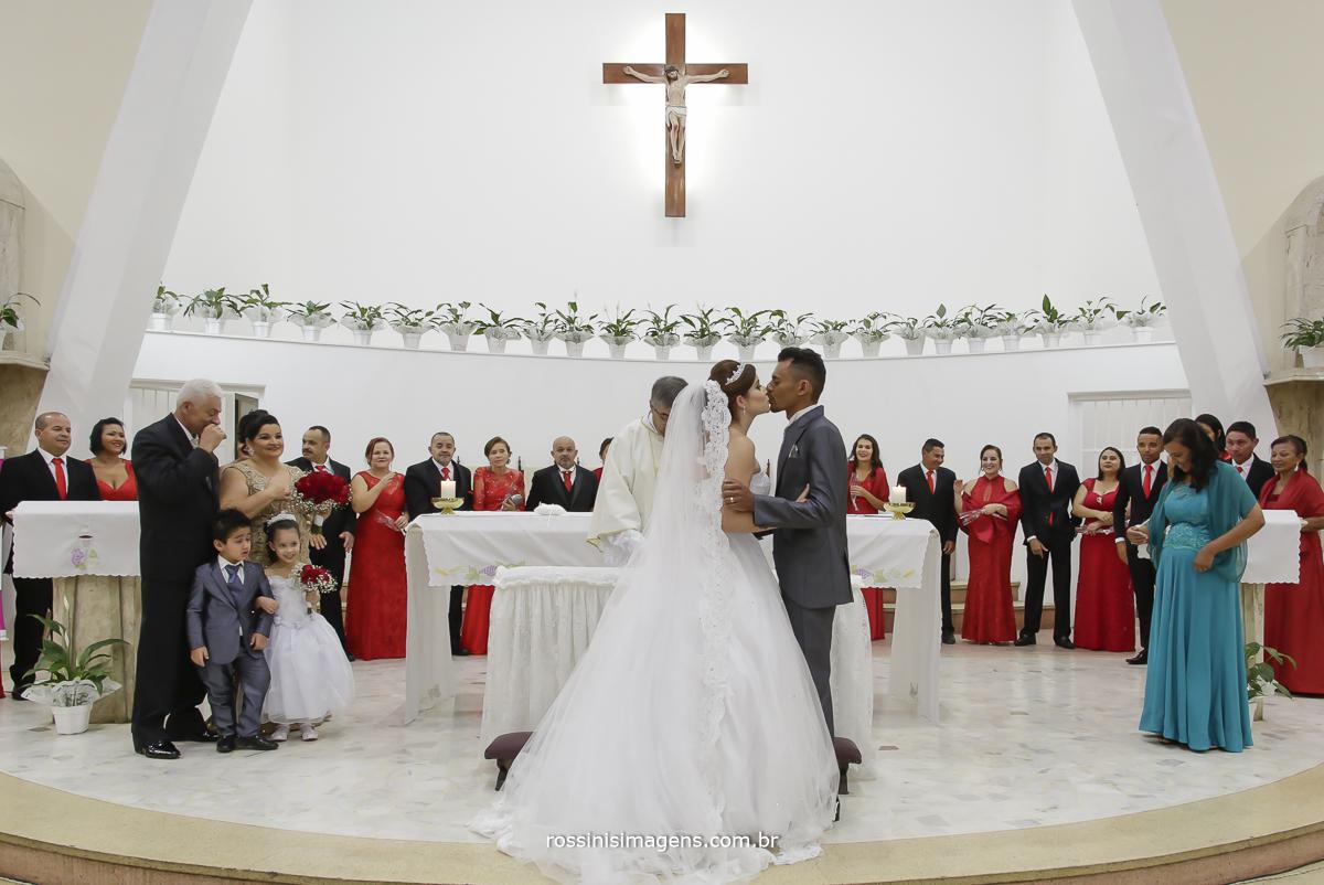 casamento-suzano-tami-e-edival-chacara-encanto-das-aguas-suzano-sp-fotografo-de-casamento-rossinis-imagens-fotografia-e-video-fotografia de casamento suzano - marido e mulher - primeiro beijo