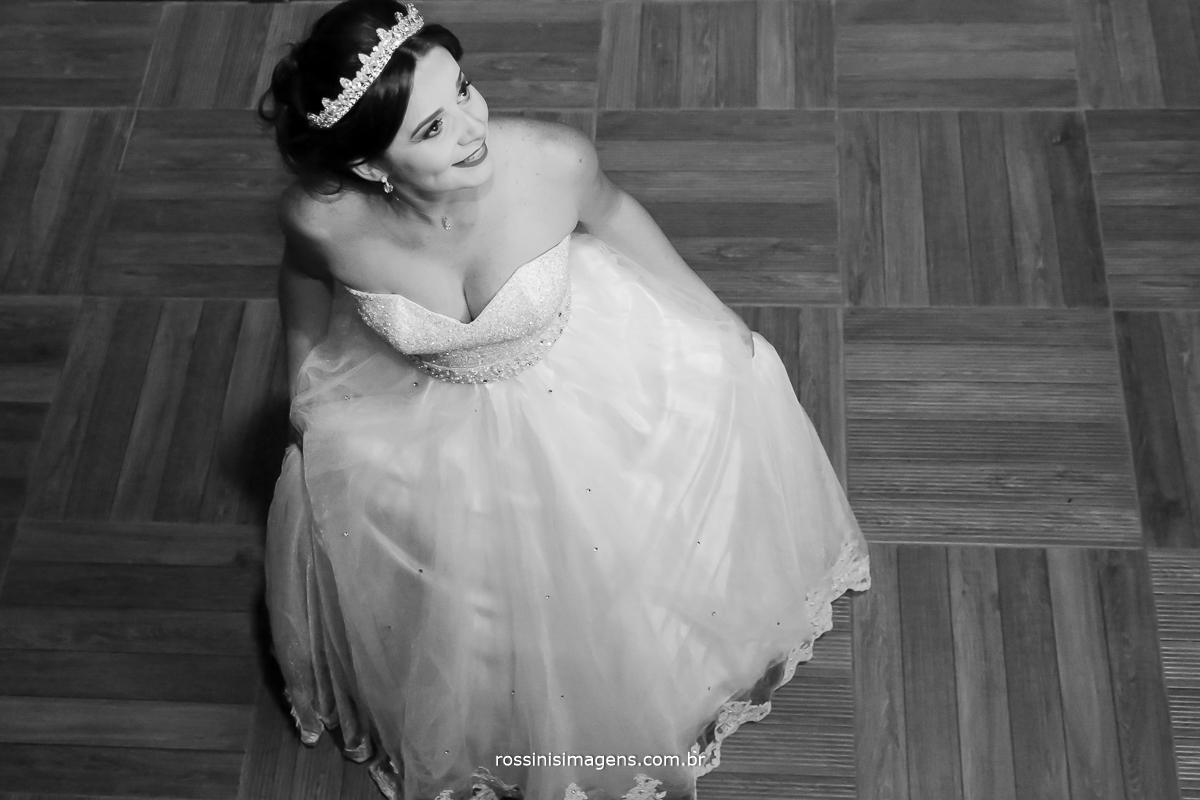 casamento-suzano-tami-e-edival-chacara-encanto-das-aguas-suzano-sp-fotografo-de-casamento-rossinis-imagens-fotografia-e-video-fotografia de casamento suzano - noiva rodando o vestido
