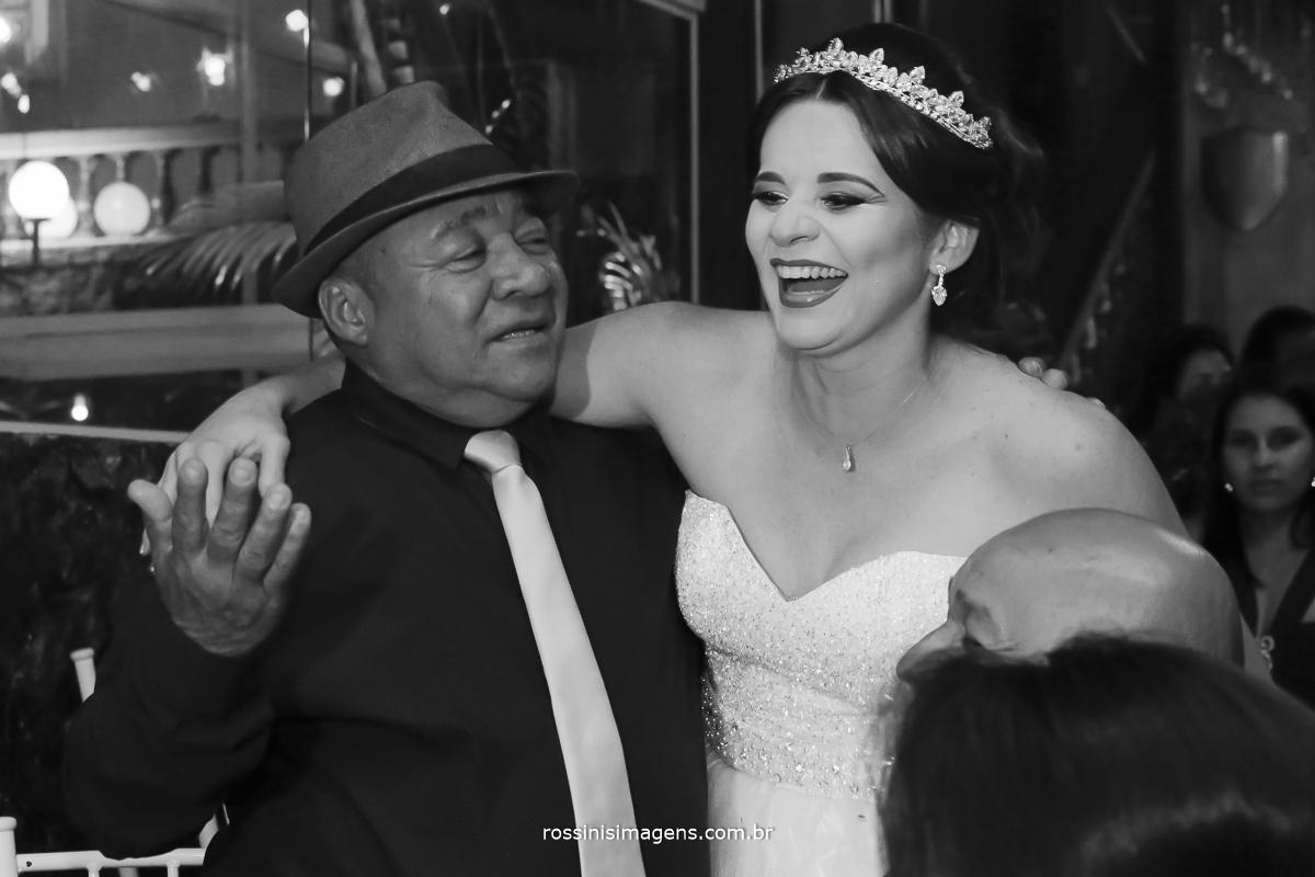 casamento-suzano-tami-e-edival-chacara-encanto-das-aguas-suzano-sp-fotografo-de-casamento-rossinis-imagens-fotografia-e-video-fotografia de casamento suzano - foto noiva alegre com convidado