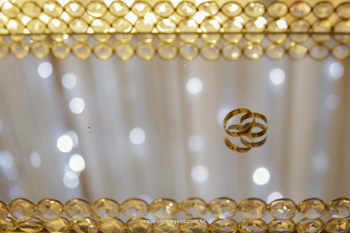 casamento-suzano-tami-e-edival-chacara-encanto-das-aguas-suzano-sp-fotografo-de-casamento-rossinis-imagens-fotografia-e-video-fotografia de casamento suzano - aliança dos noivos