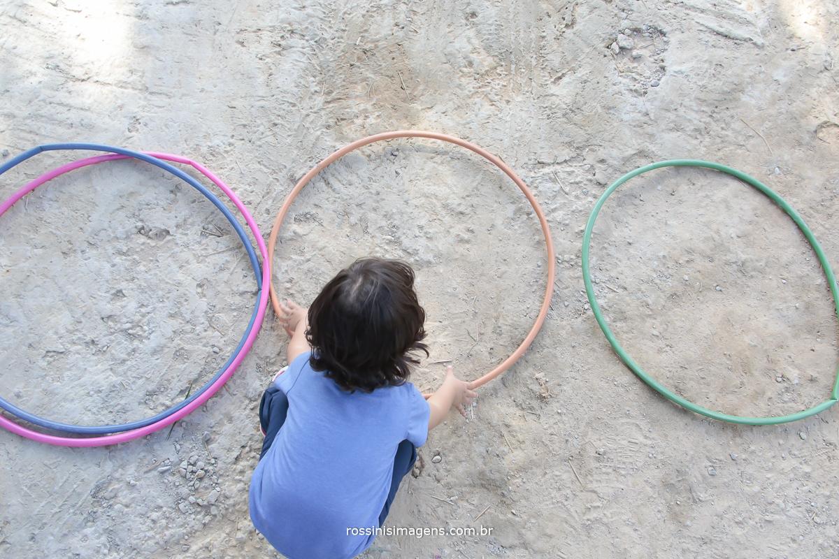 aniversário-sp-de-dia-kevin-2-anos-suzano-sp-fotografo-de-aniversario-rossinis-imagens-tema-da-galinha-pintadinha-familia-montanha-brincando