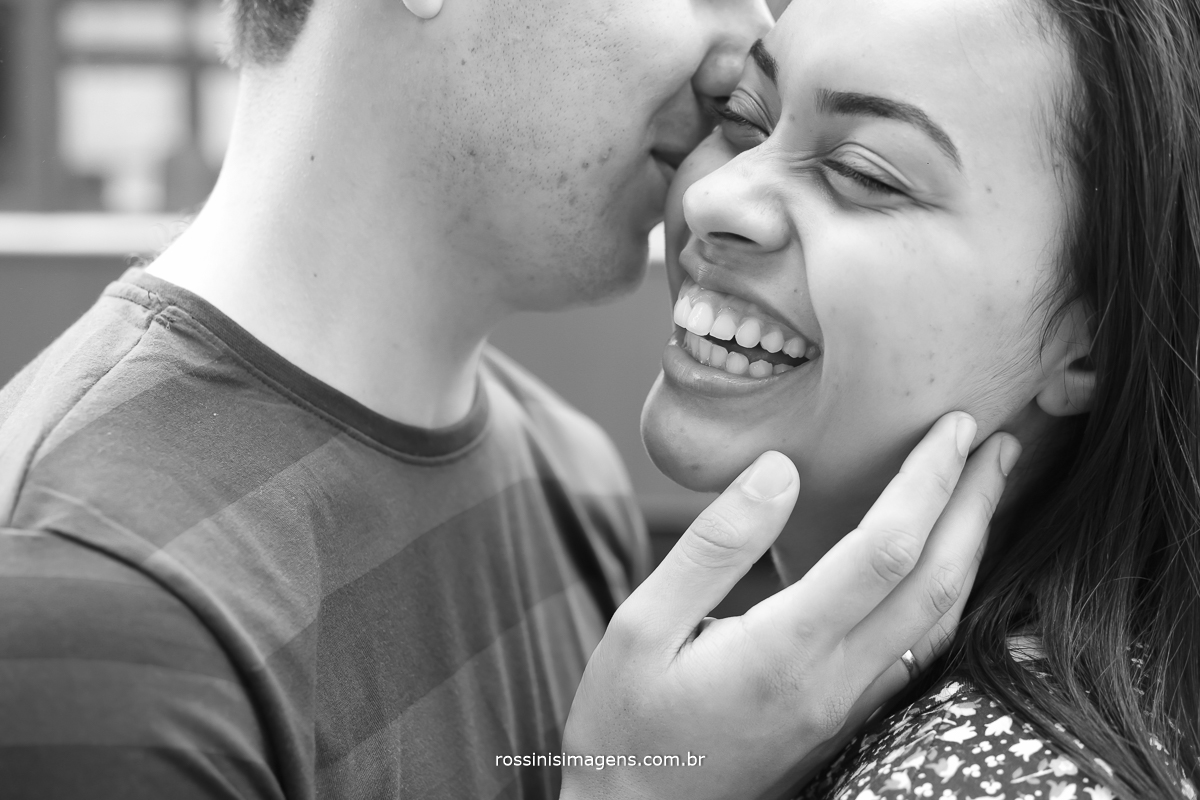princys e sylas, sorrindo, noivo beijando a noiva no ensaio fotografico