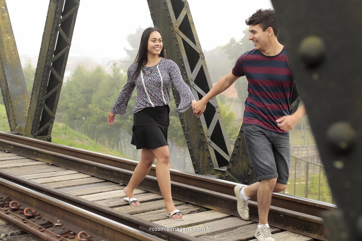 noivos correndo sobre ponte de trem, correndo sobre linha ferrea, casal correndo