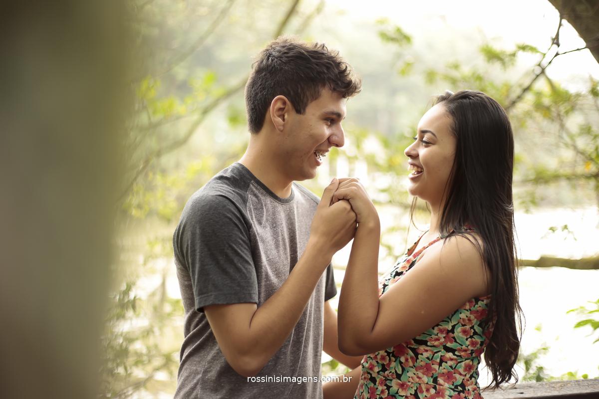 noivo beijando a mão da noiva, noivo sendo cavalheiro e cortejando sua dama