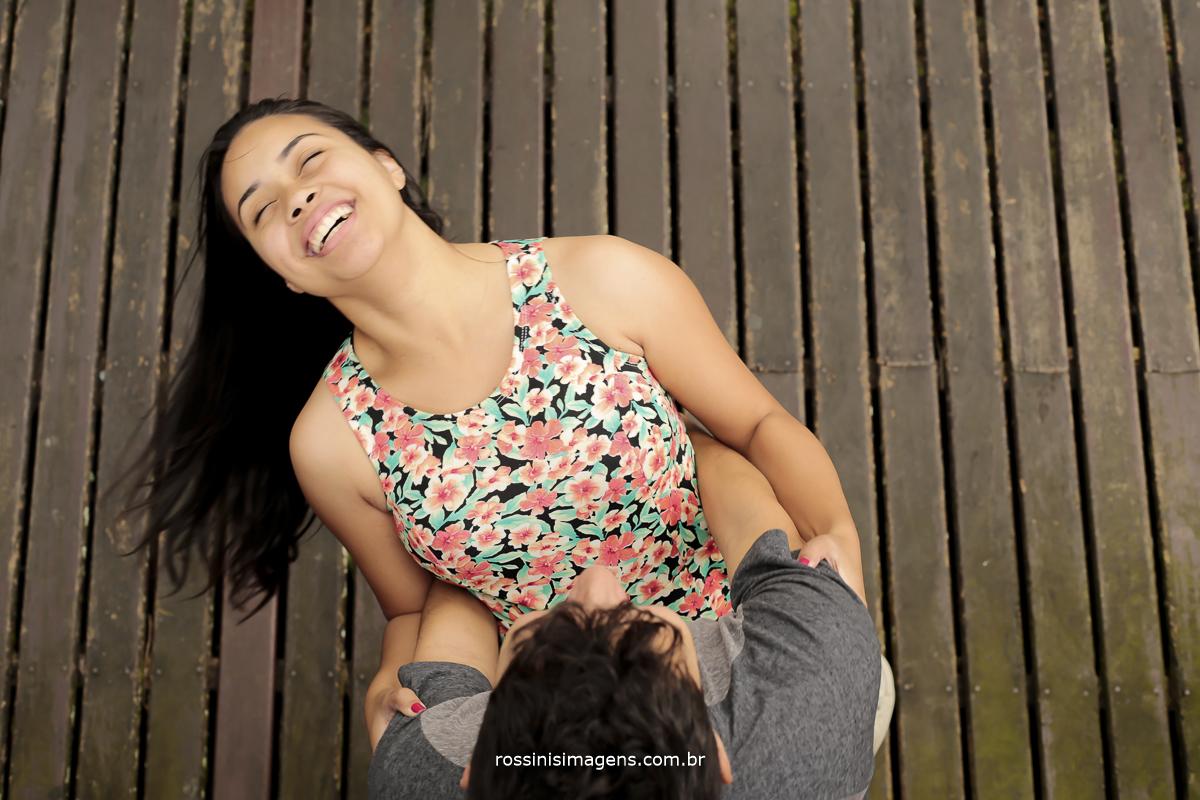 fotografia de movimento, noivo balançando a noiva, noiva cabelos ao vento