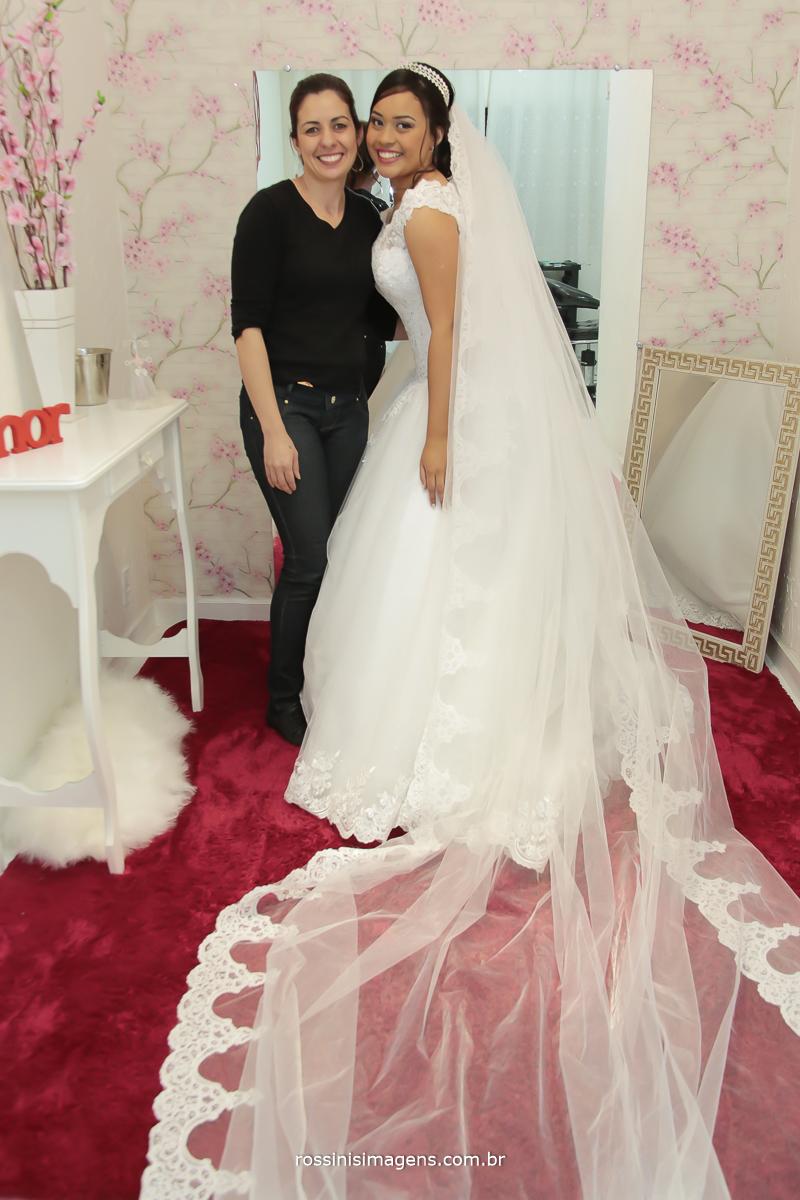noiva com a maquiadora, fabiana dutra, no grande dia de princys e sylas, dia do casamento