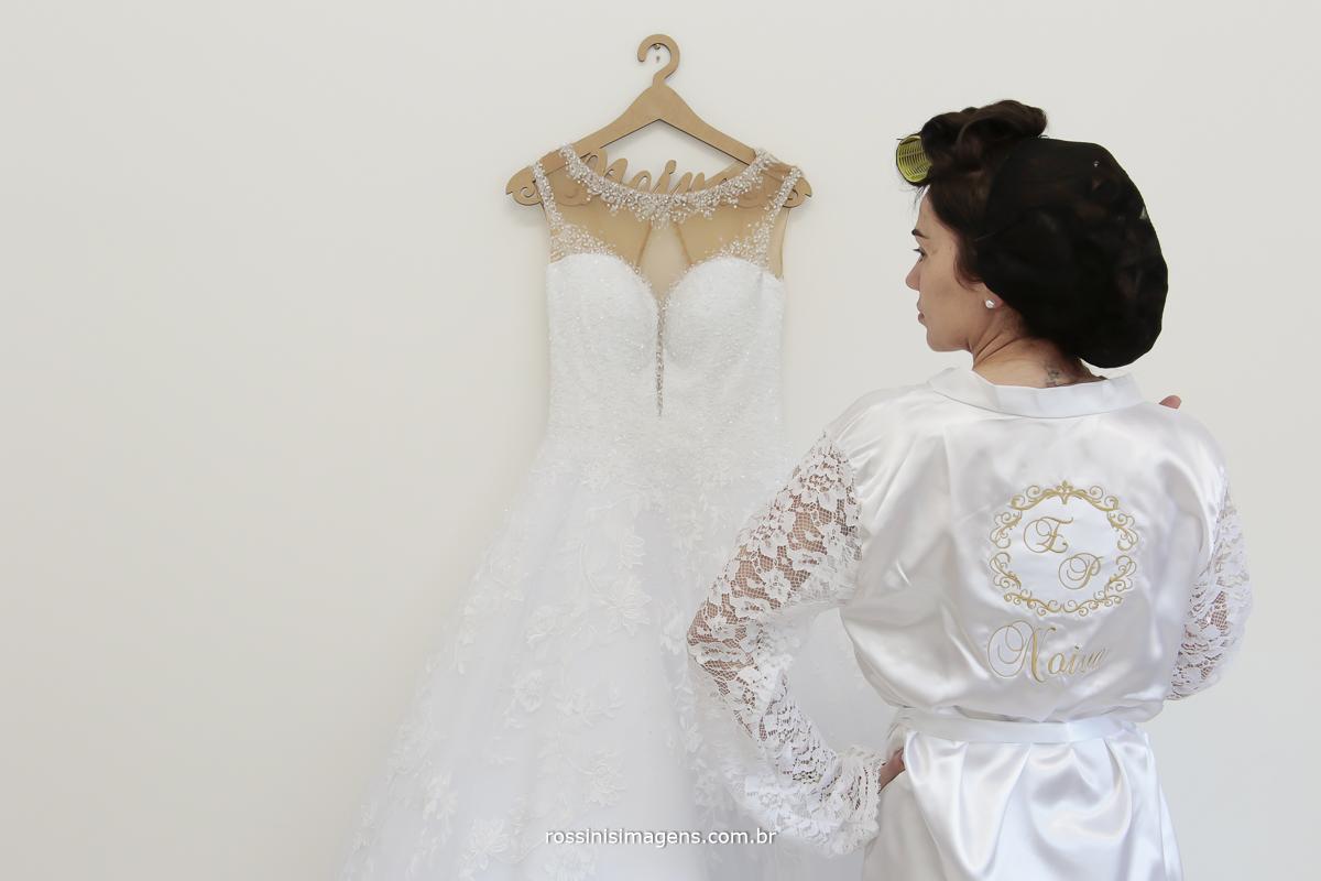 noiva mostrando seu robe de renda personalizado