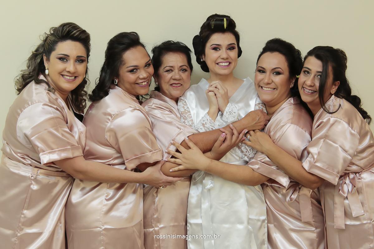 noiva com robe personalizado com as madrinhas no dia da noiva