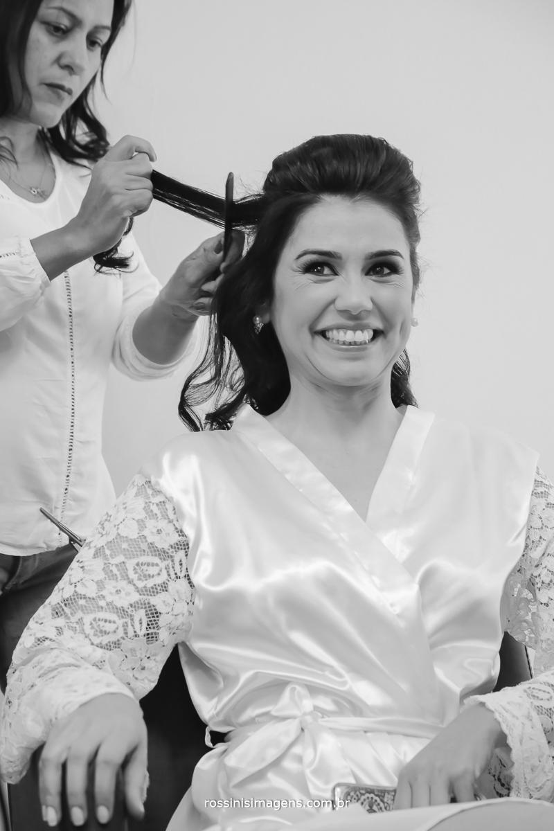hair stilyst fazendo o penteado na noiva