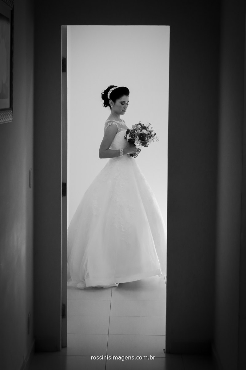 fotografia preto e branco de noiva com o buquê
