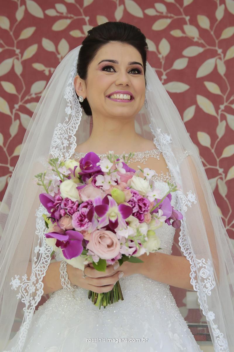 noiva sorrindo, muito feliz, pronta para a cerimonia