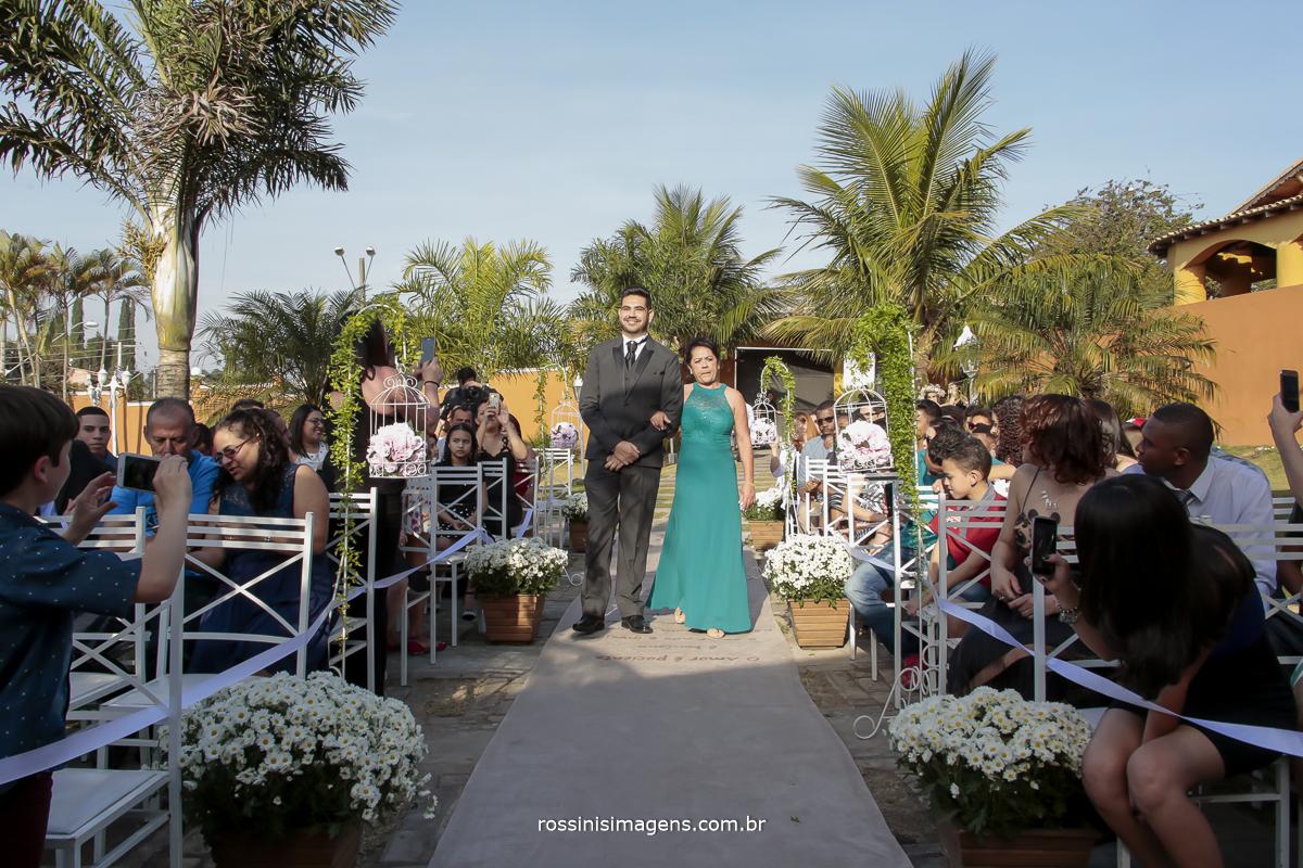 entrada do noiva na cerimonia com sua mãe