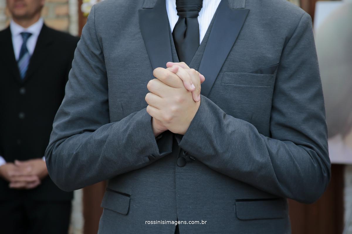noivo apertando a mão muito ansioso para a entrada da noiva