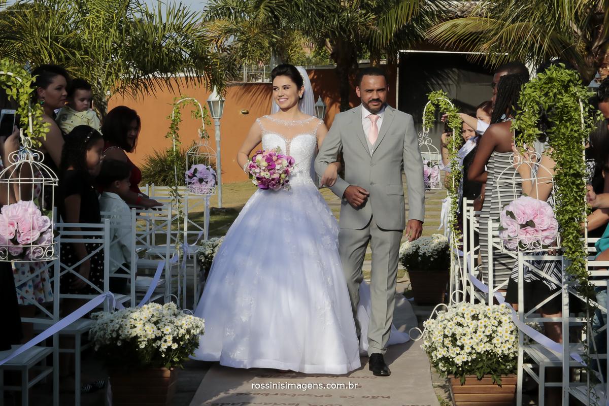 noiva entrando no tapete para o casamento