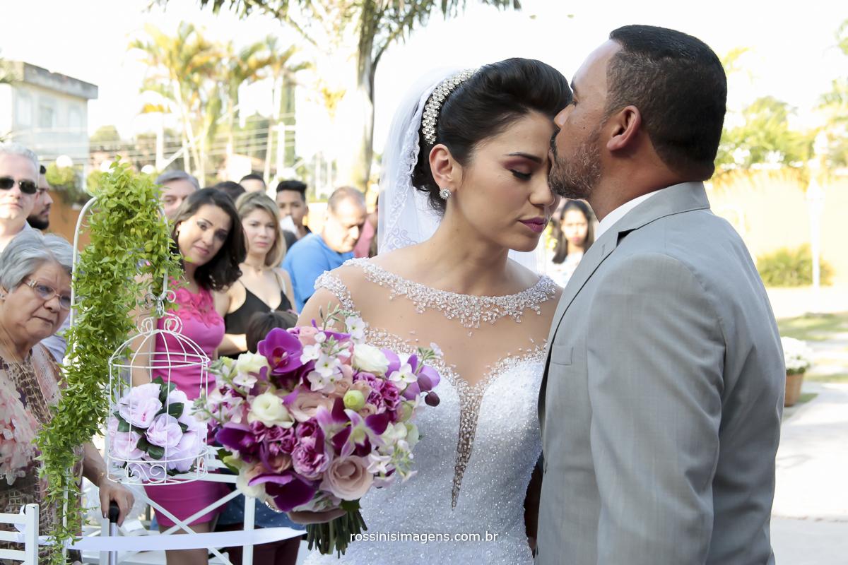 pai beijando a testa da noiva na cerimonia