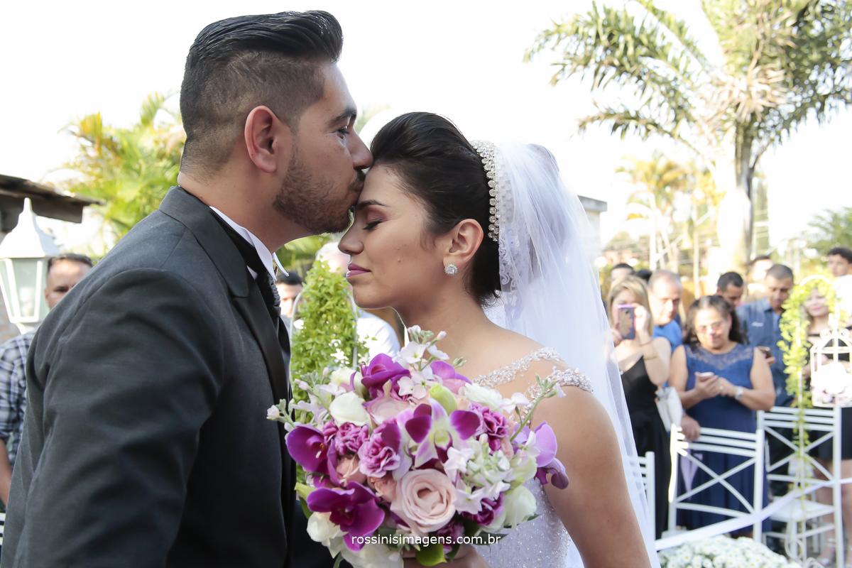 noivo recepcionando a noiva com beijo na testa
