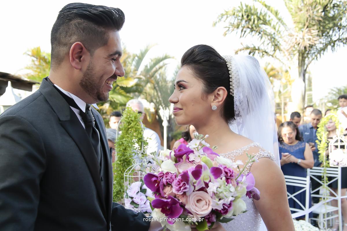 noivo olhando para a noiva com muito amor e alegria no olhar