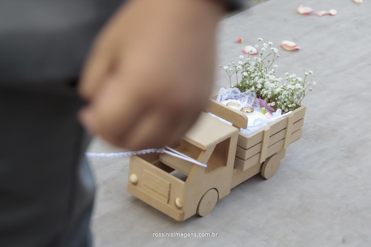 entrada das alianças em um caminhão de madeira sendo puxado pelo pajem