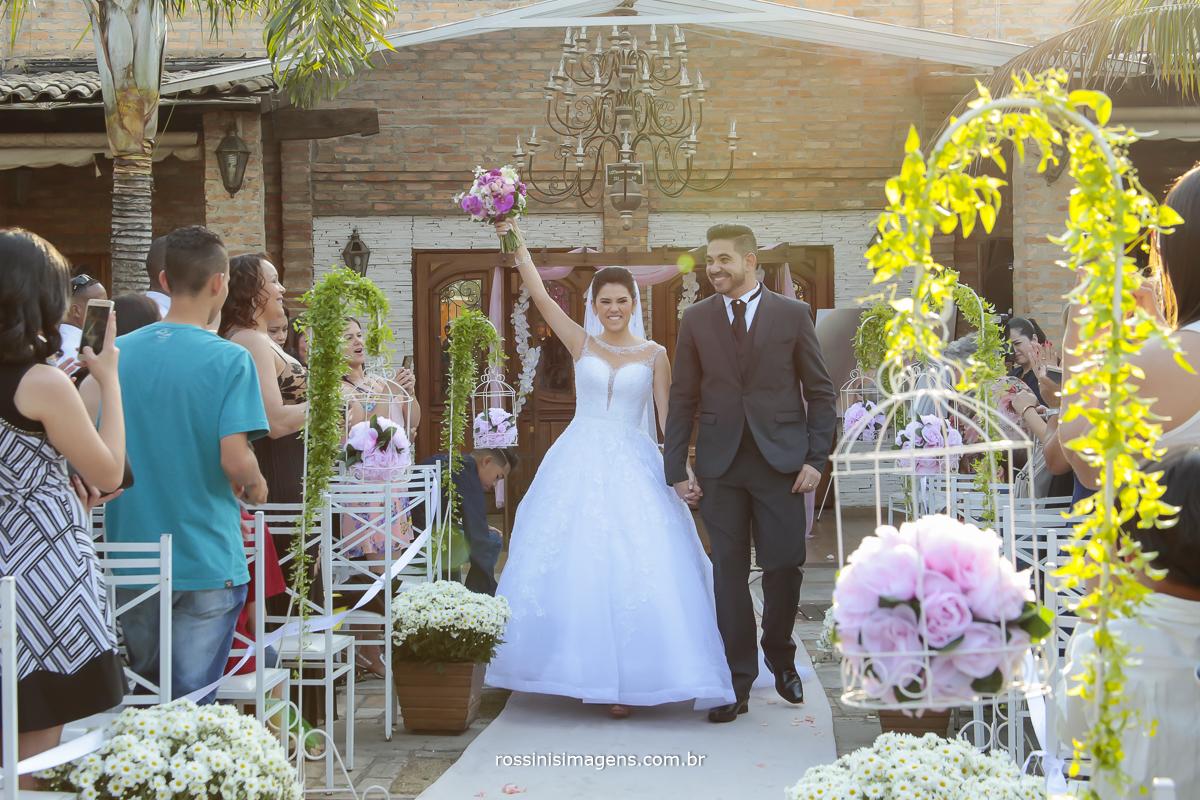 saída dos noivos muito animados