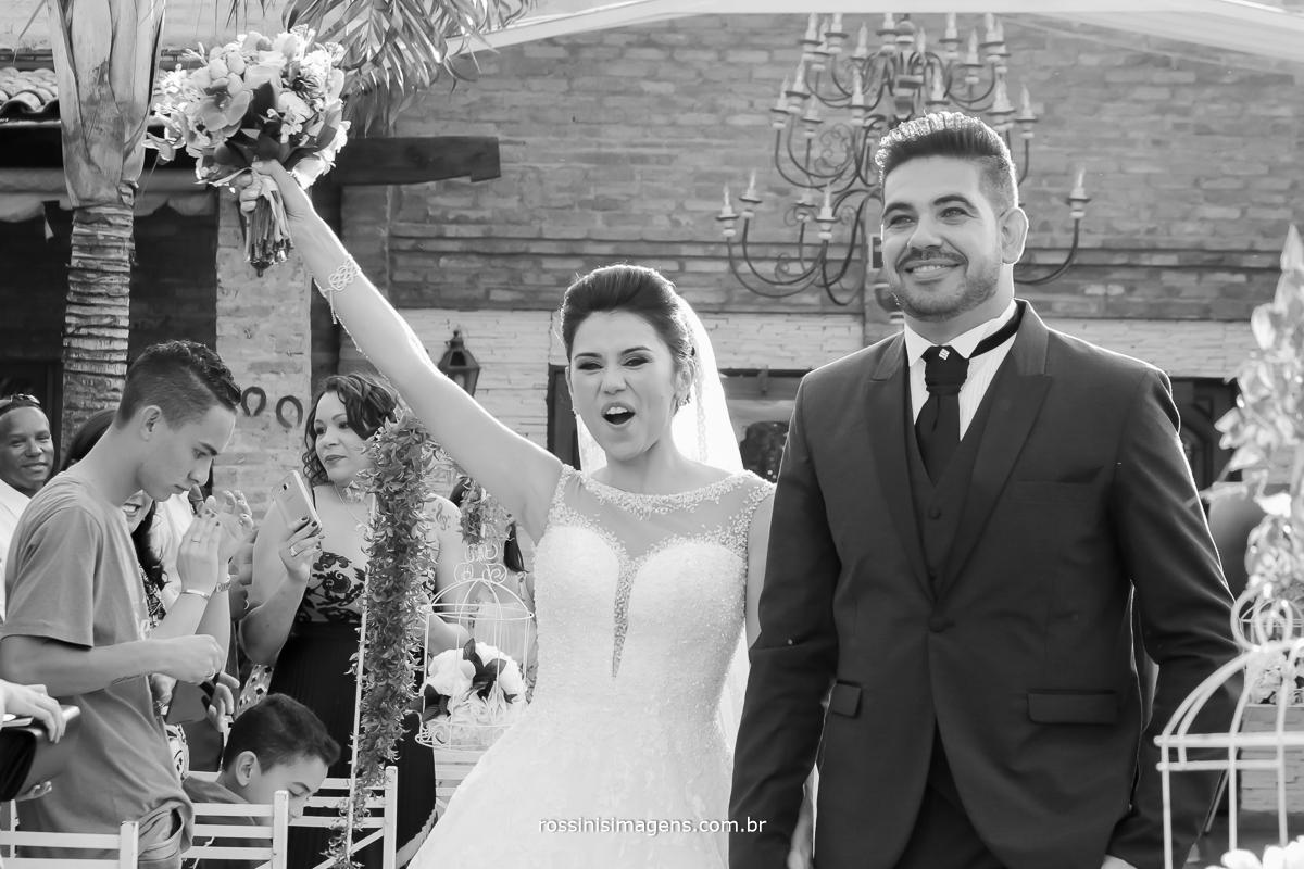 fotografia preto e branco dos noivos muito animados