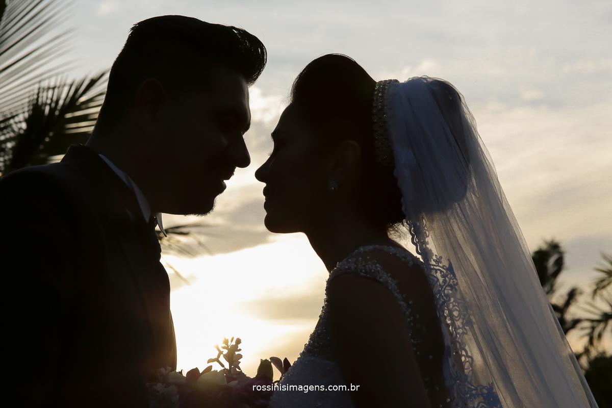 silhueta dos noivos com um lindo por do sol por rossinis imagens