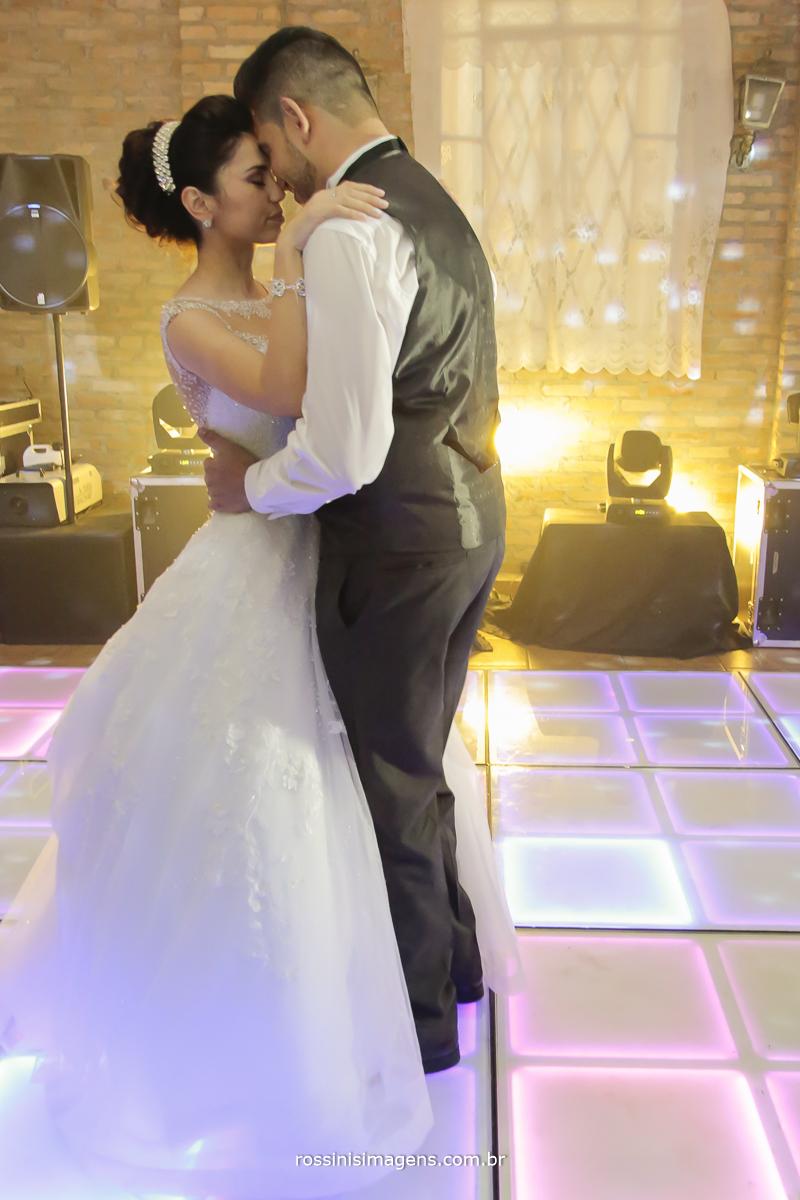 noivos na pista de dança de led dançando