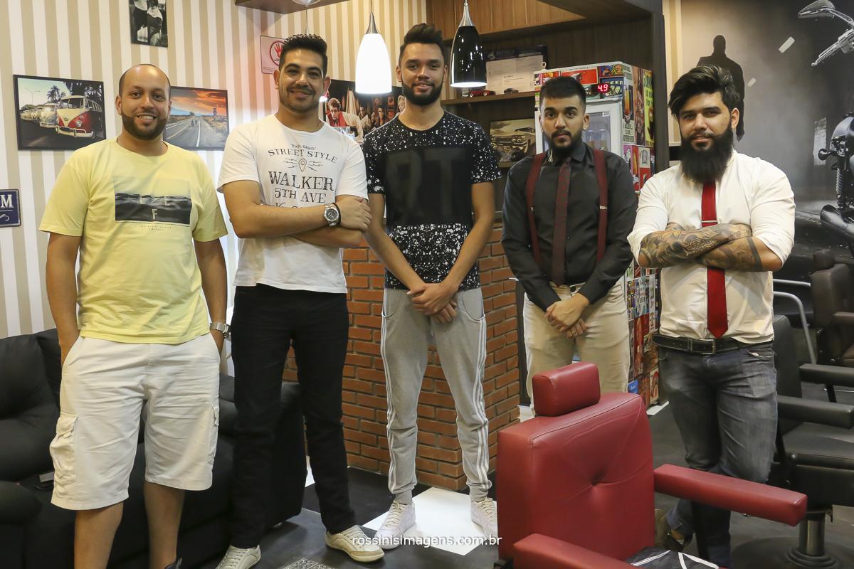noivo e os amigos na barbearia