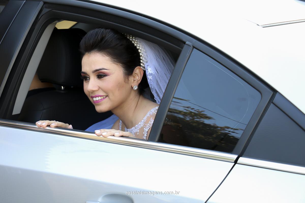 noiva na janela do carro aguardado o momento da sua entrada