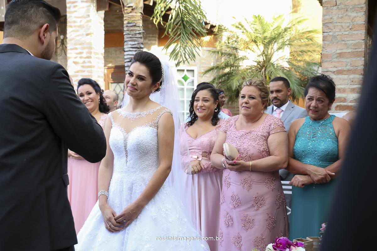 voto do noivo para a noiva muito emocionada e as madrinhas ao fundo