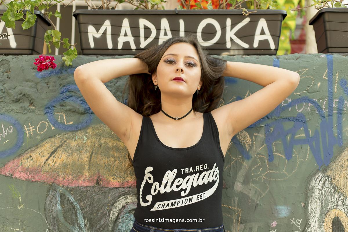 madaloka, debutante no beco do batman jogando cabelo para cima