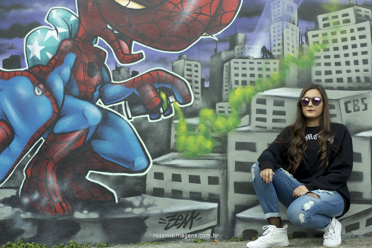 homem aranha em grafite e a debutante feliz e contente no ensaio