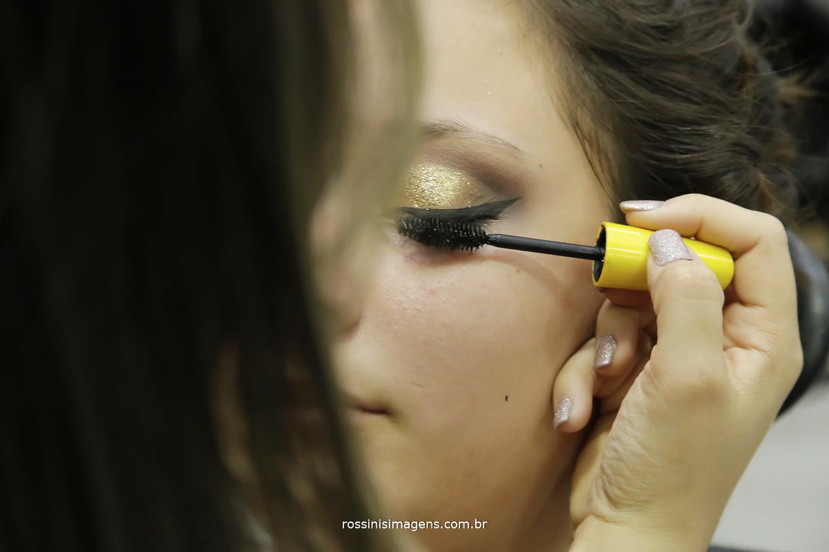 maquiadora passando rímel na debutante na preparação do making of
