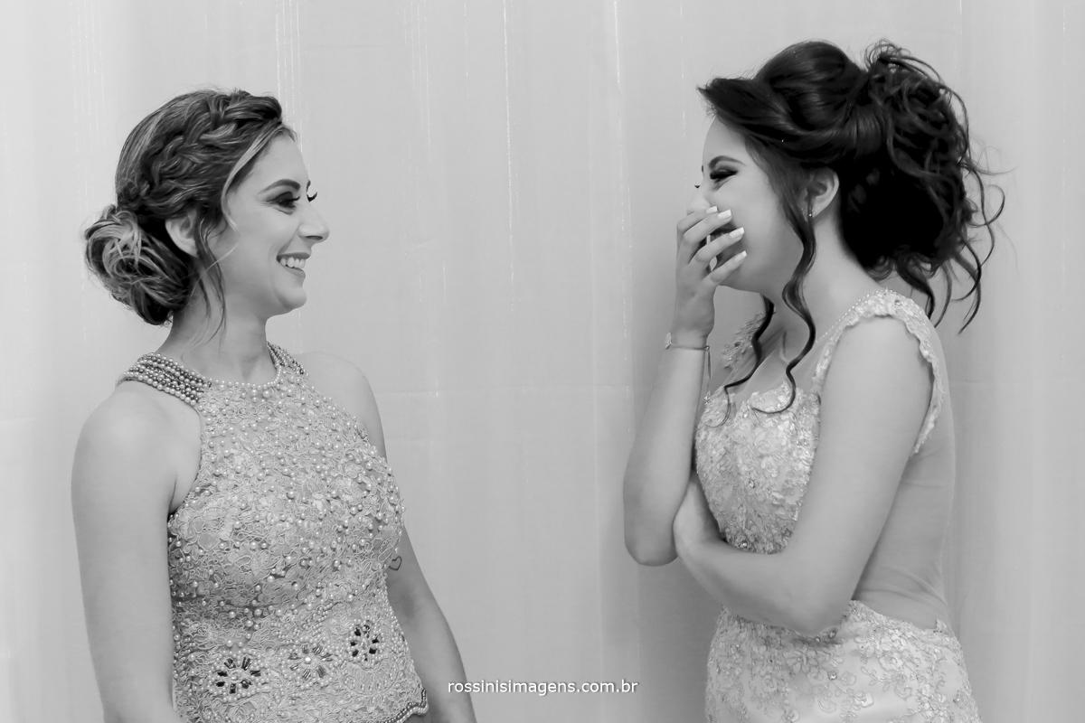 debutante nervosa rindo muito, junto com sua mãe no dia da debutante