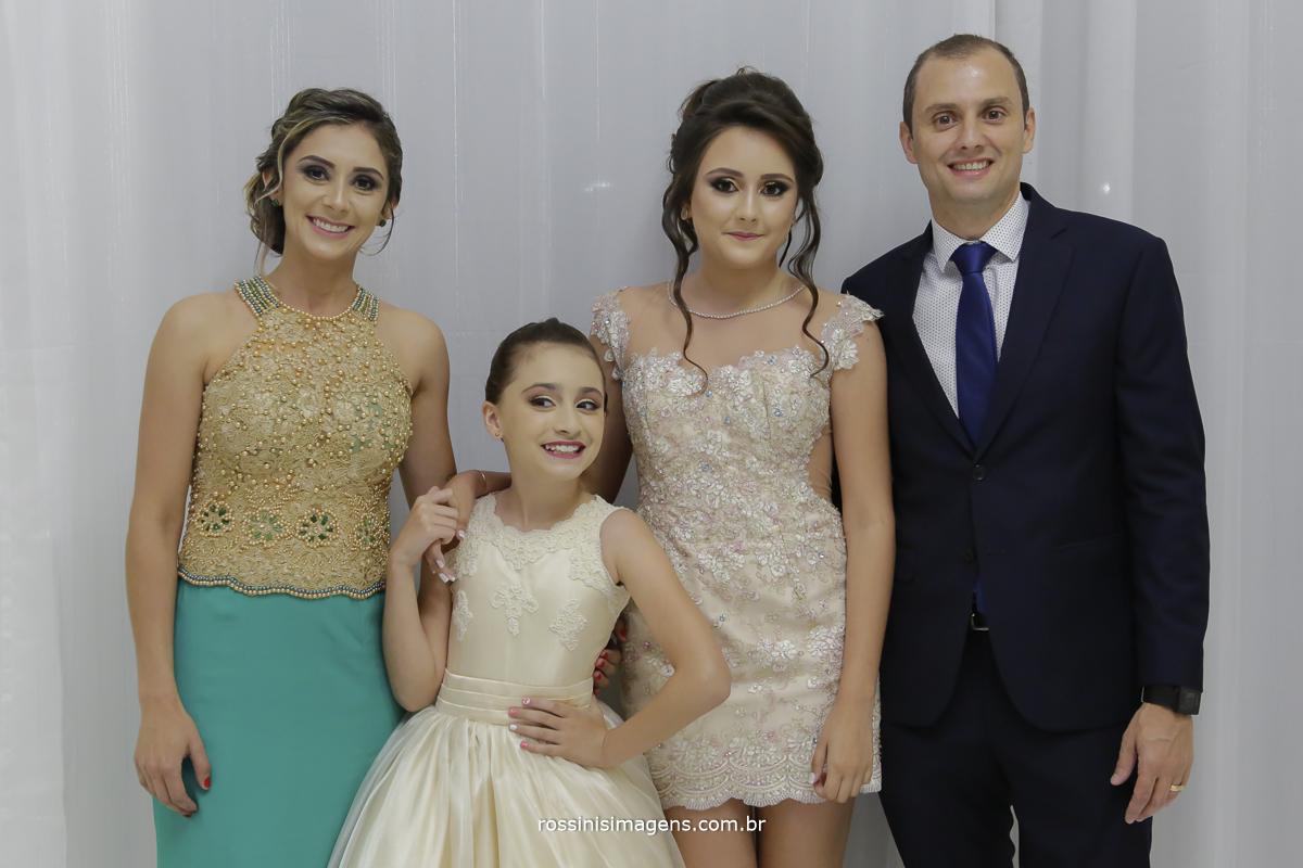 familia da debutante no making of, pai, mae, irmã e a debutante isabella