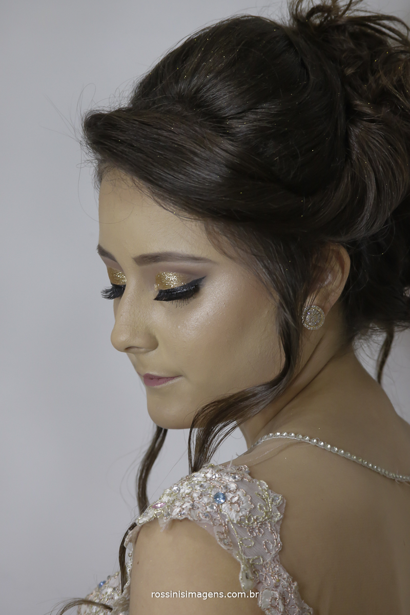 debutante isabela mostrando sua maquiagem feita no salão gisele grenza hair studio