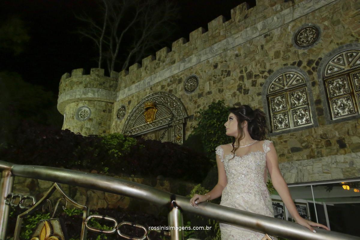 isabella em frente ao castelo da cerimonia e festa de 15 anos