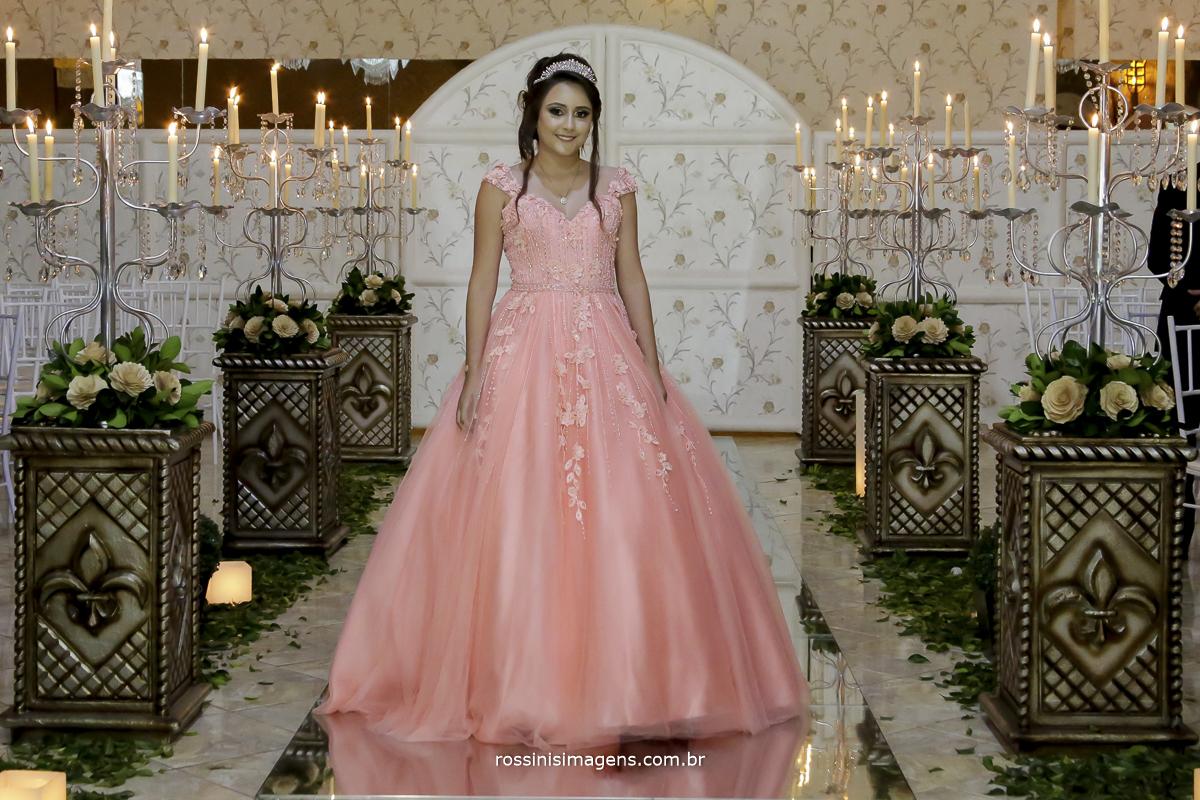 fotografia de 15 anos entrada da debutante no seu lindo vestido