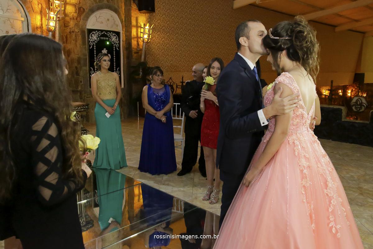 fotografia de 15 anos, pai recepcionando a debutante na sua entrada triunfal