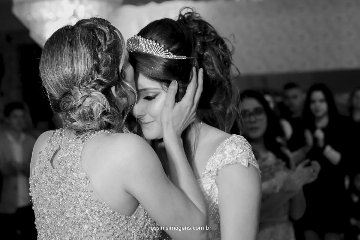 foto pb da mãe beijando filha na festa de 15 anos