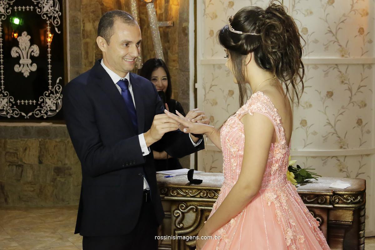 pai entregando a joia para a debutante