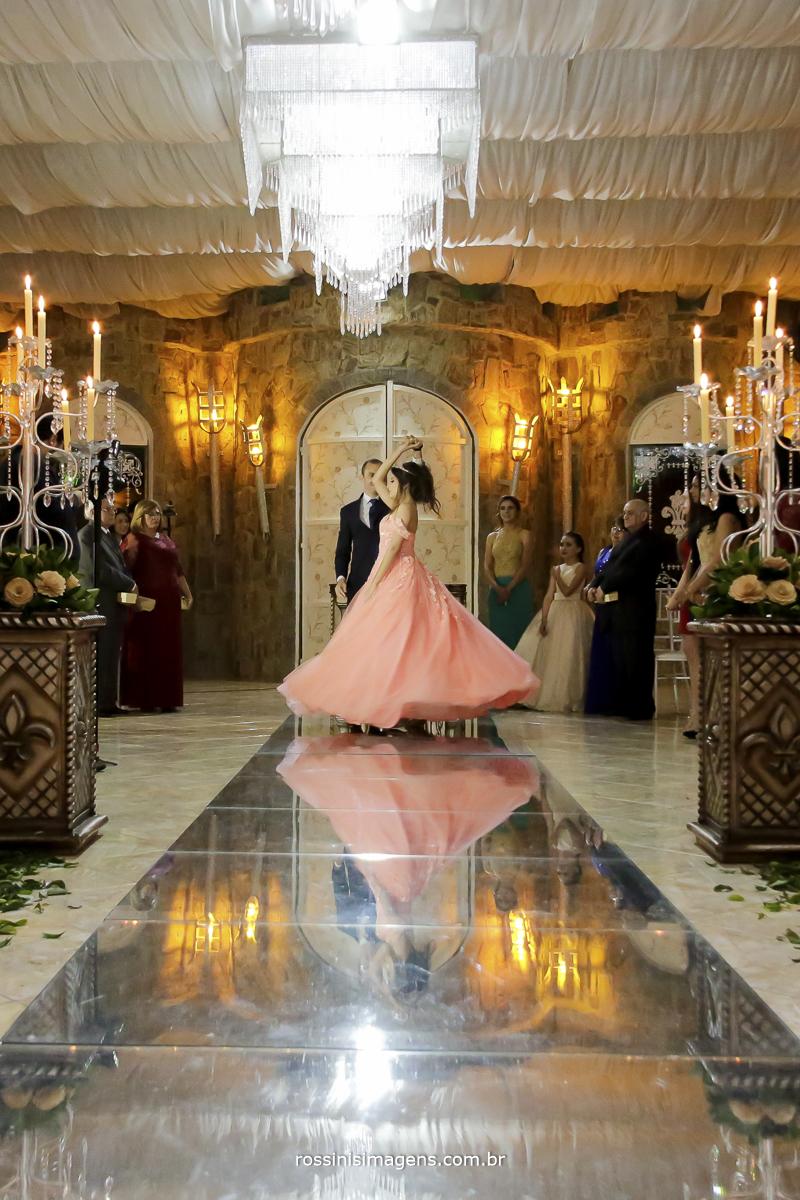 a linda valsa da debutante rodando o vestido com seu pai