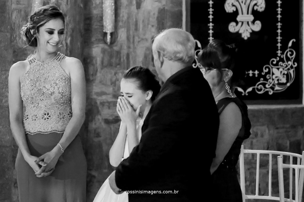 emoção da irmã chorando, e da mãe durante o cerimonial